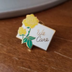 Jewelry - Adorable little vintage enamel pin with roses